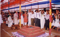 Devotees-perfoming-pradakshina-with-the-brick-(Ishtika)-on-their-heads