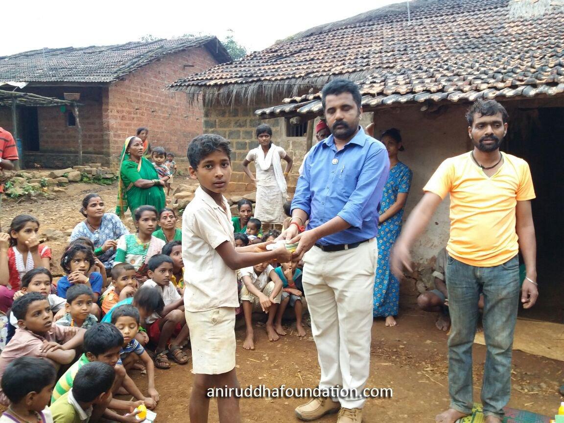 AniruddhaFoundation-Distribution of Hygiene and Cleasing materials-Kolhapur