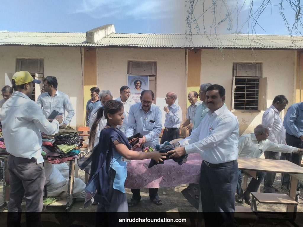 AniruddhaFoundation-Old is Gold-Distribution of clothes by Amalner, Chopda Centres