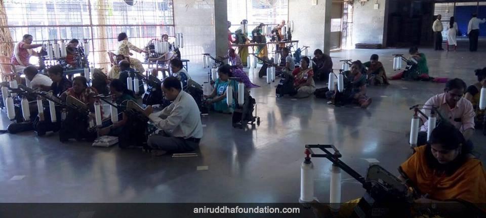 AniruddhaFoundation-11May2018-Charkha Camp Bandra, Mumbai-1178 volunteers-2028 Hanks-Volunteers spinning Charkha 2